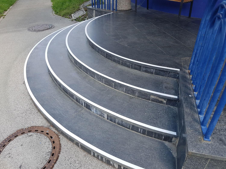 Kontrastni trakovi na stopnicah